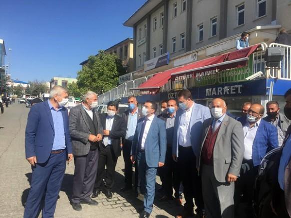 AK Parti Kars İl Başkanı Adem Çalkın, vatandaşları dinliyor