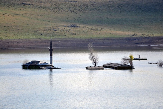 Baraj Gölü'nde sular çekilince cami ve okul ortaya çıktı