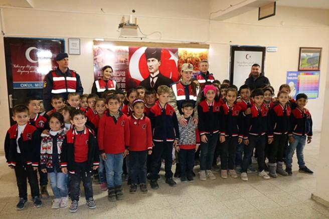 Jandarma, öğrencileri bilgilendirdi