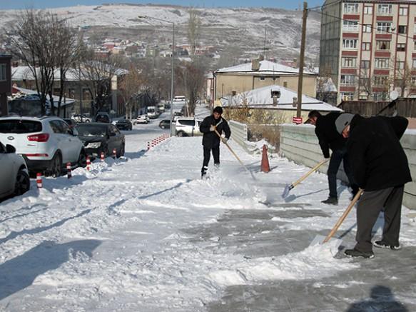 Kars Belediyesi kaldırımlarda kar küreme çalışması yaptı