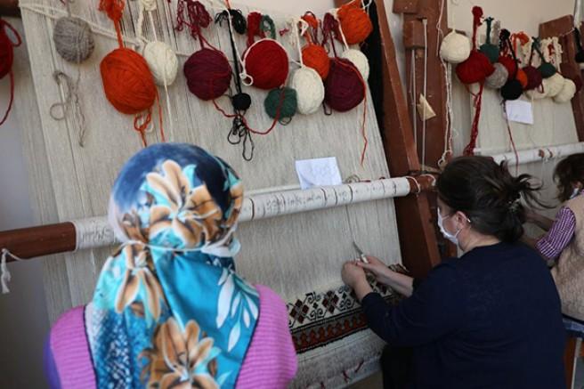 Kars Belediyesi'nden Halı Dokuma Kursu