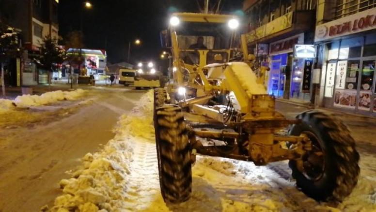 Kars Belediyesinin karla mücadelesi aralıksız devam ediyor