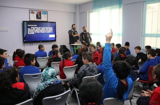 Kars Emniyeti, öğrencileri internet kullanımı konusunda bilinçlendiriyor