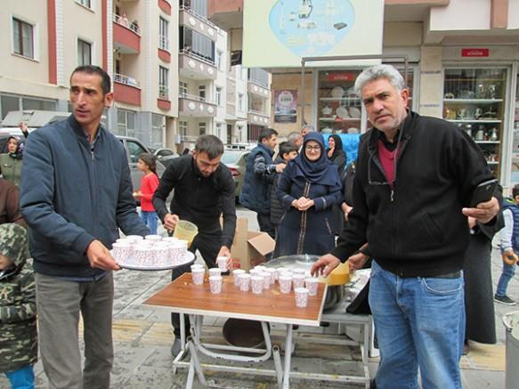 Kars'ta, Aşura anma töreninde vatandaşlara sıcak çorba dağıtıldı