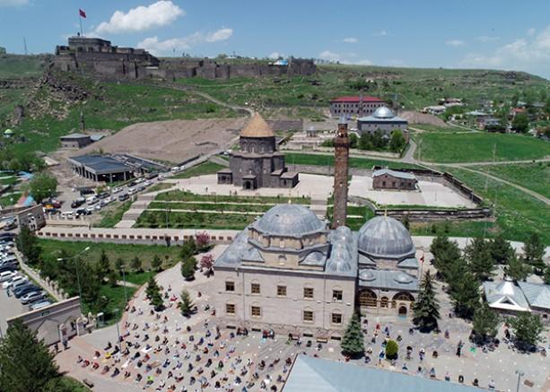 Kars'ta, belirlenen 215 alanda Cuma namazı kılındı