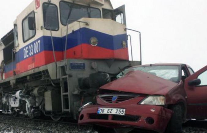 Kars'ta, hemzemin geçitte tren ve otomobil çarpıştı: 3 ölü