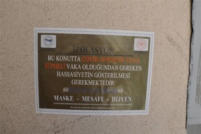 Kars'ta, korona vakası olan evlerin kapılarına uyarı yazısı asıldı