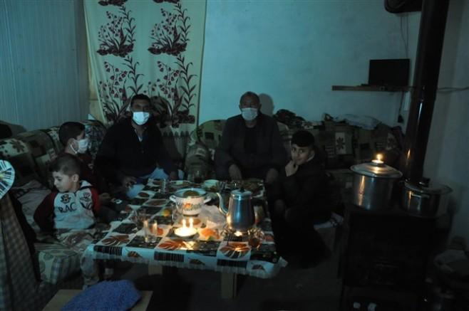 Kars'ta, mum ışığında iftar açıldı