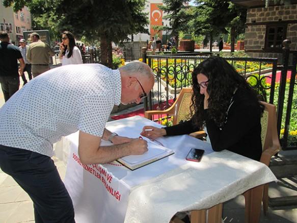 Kars'ta, vatandaşlar 15 Temmuz anı defterine duygularını paylaştı