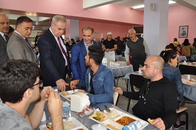 KAÜ Yönetimi, yemekhanede öğrencilerle bir araya geldi