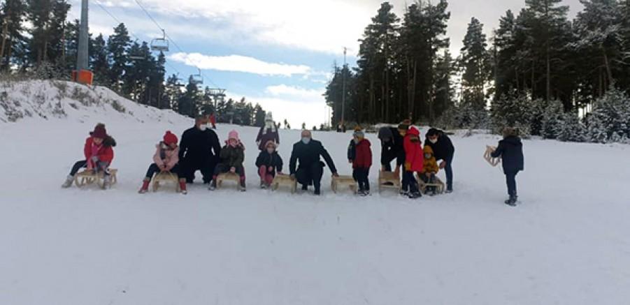 Milli Eğitim Bakanı Ziya Selçuk, Kars'ta ki çocuklara kızak gönderdi