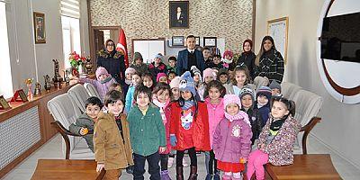 Arpaçay'da, anaokulu öğrencileri devleti tanıyor