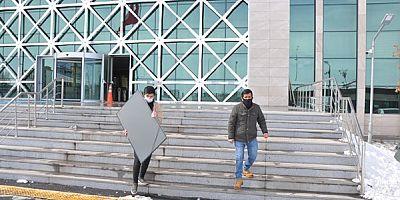 Kars'ta, çalınan televizyon sahibine teslim edildi