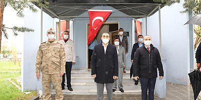 Vali Türker Öksüz, Kars Şehitliğini ziyaret etti
