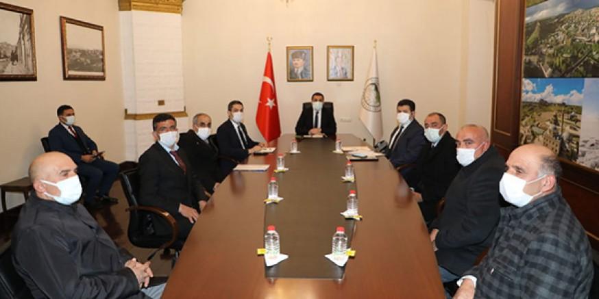 Vali/Belediye Başkanı Türker Öksüz, muhtarların sorununu dinledi