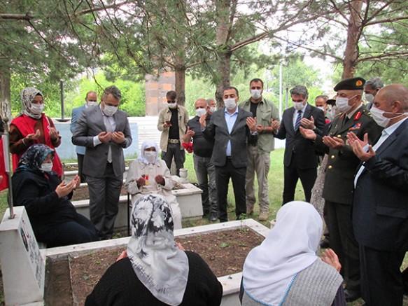 Vali Öksüz, Şehitliği ziyaret etti, güvenlik güçleri ile bayramlaştı