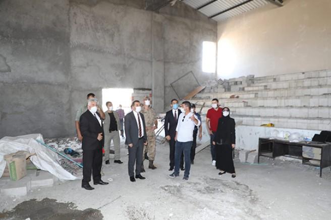 Vali Türker Öksüz, Akyaka spor salonundaki çalışmaları inceledi